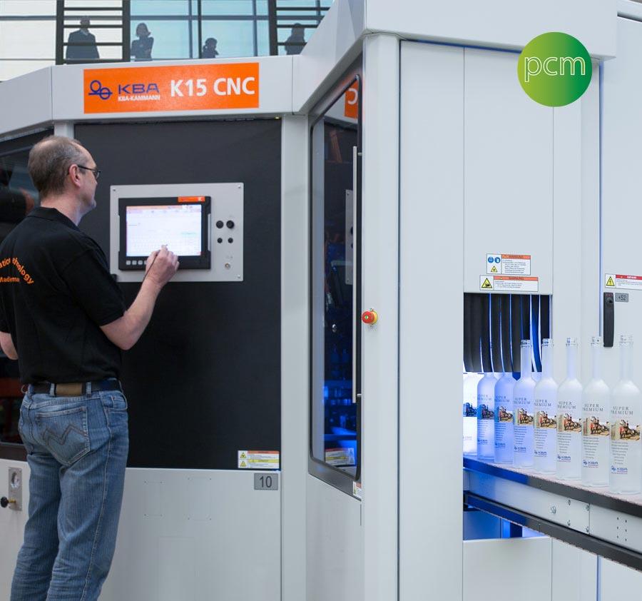 Décoration industrielle de bouteilles en verre, lignes de décoration avec des machines de pointe.
